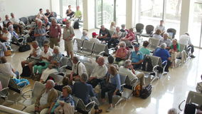Les passagers attendent pour monter à bord de l'avion dans une salle d'attente à l'aéroport international de delta de Danube banque de vidéos