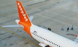 Les passagers débarquent d'un avion d'easyJet sur le terminal de nord du ` s d'aéroport de Londres Gatwick Images libres de droits