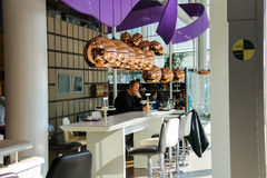 Les passagers détendent dans le café à l'aéroport Amsterdam Schiphol, Photo stock