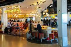 Les passagers détendent dans le café Comunal au Sc d'Amsterdam d'aéroport Images stock