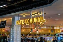 Les passagers détendent dans le café Comunal au Sc d'Amsterdam d'aéroport Photo libre de droits