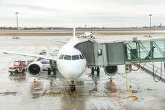 Les passagers d'aéroport sont sortent de l'avion à la porte terminale Image libre de droits