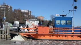 Les passagers d'embarquement sur la ville transportent en bac le ` de Fiori de ` Turku, Finlande banque de vidéos