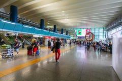 Les passagers de différents pays avec le bagage sont dans le hall de l'aéroport de Fiumicino Photos libres de droits