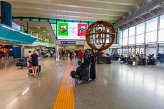 Les passagers de différents pays avec le bagage sont dans le hall de l'aéroport de Fiumicino Photo stock