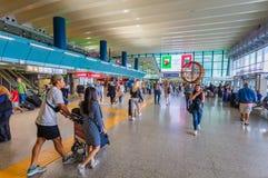 Les passagers de différents pays avec le bagage sont dans le hall de l'aéroport de Fiumicino Image stock