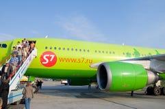 Les passagers descendent de l'avion photo stock