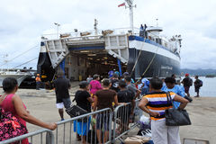 Les passagers embarquant sur l'île inter transportent en bac entre l'Isla principal photographie stock libre de droits