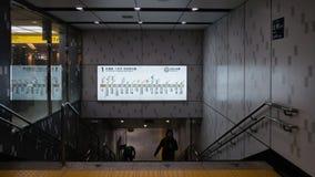 Les passagers marchent par la station d'Ueno le 30 octobre 2018 photos libres de droits