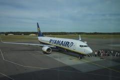 Les passagers monte à bord de l'avion Images stock