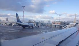 Les passagers montent à bord d'un avion à l'aéroport du Tempelhof Image stock