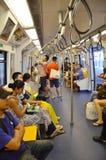Les passagers montent sur un tra métropolitain de souterrain du transit rapide (MRT) Images libres de droits