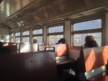 Les passagers s'asseyent par la fenêtre dans le train image stock