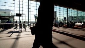 Les passagers se précipitant après les portes d'embarquement vides, agitation d'aéroport, sont partis avion banque de vidéos