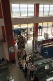 Les passagers se tiennent dans une file d'attente pour un autobus à un aéroport en Grèce Image stock