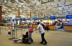 Les passagers signent l'aéroport international de Changi Images libres de droits