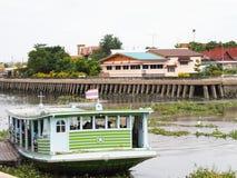 Les passagers sont à bord en rivière photo stock