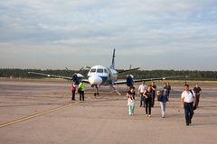 Les passagers sortent de l'avion Saab 304 Image stock
