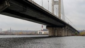 Les passages de bateau sous le pont clips vidéos
