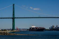Les passages de navire porte-conteneurs sous le pont photos libres de droits