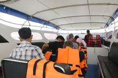 Les passagères de personnes thaïlandaises et les voyageurs d'étranger attendent et s'asseyent sur b Image stock