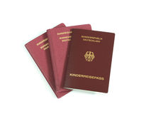 Les passeports allemands de famille ont isolé le fond blanc Photographie stock