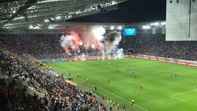 Les passionés du football arment les feux d'artifice dans les supports, émeutes dans les supports banque de vidéos