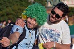 Les passionés du football du Brésil posent pour des photos dans la place rouge à Moscou Images libres de droits