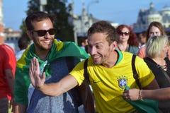 Les passionés du football du Brésil posent pour des photos dans la place rouge à Moscou Images stock