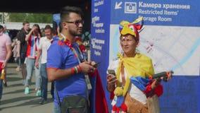 Les passionés du football dans des costumes nationaux vont au stade de luzhniki soutenir leur équipe banque de vidéos