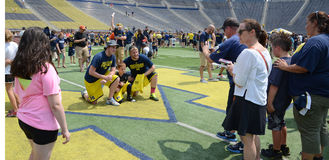 Les passionés du football du Michigan prennent des photos sur le champ Image stock
