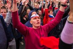 Les passionés du football observent un match de football entre le nationa russe Images libres de droits