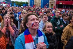 Les passionés du football observent un match de football entre le nationa russe Images stock