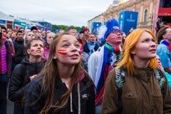 Les passionés du football observent un match de football entre le nationa russe Photos libres de droits