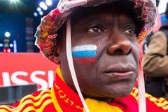 Les passionés du football observent un match de football entre le nationa russe Image stock