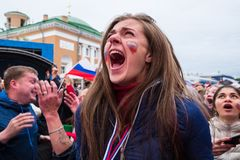 Les passionés du football observent un match de football entre le nationa russe Image libre de droits