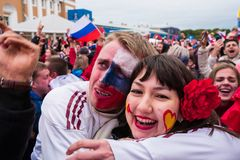 Les passionés du football observent un match de football entre le nationa russe Image stock