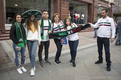 Les passionés du football sont arrivés à Moscou pour la coupe du monde Les fans gardent le drapeau du Pérou et de l'Argentine Photographie stock libre de droits