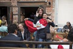 Les passionés du football sont arrivés à Moscou pour la coupe du monde Les fans gardent le drapeau du Pérou et de l'Argentine Photos stock