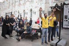 Les passionés du football sont arrivés à Moscou pour la coupe du monde Les fans gardent le drapeau du Pérou et de l'Argentine Images stock