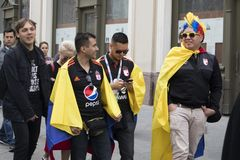 Les passionés du football sont arrivés à Moscou pour la coupe du monde Les fans gardent le drapeau du Pérou et de l'Argentine Photo libre de droits