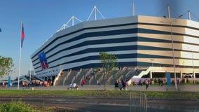 Les passionés du football visitent le stadion Kaliningrad, correspondance entre la Croatie et le Nigéria banque de vidéos