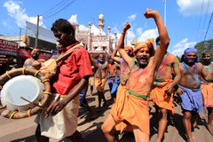 Les passionnés de Lord Ayyappa exécutent 'Erumeli Petta Thullal' images libres de droits