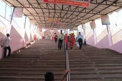 Les passionnés fidèles montent des étapes raides au temple sur le pèlerinage dans l'Inde Photo stock