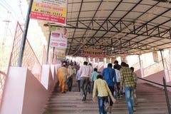 Les passionnés fidèles montent des étapes raides au temple sur le pèlerinage dans l'Inde Photos stock