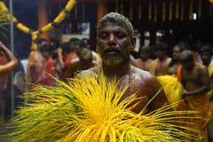 Les passionnés indous exécutent le safran des indes baignant le rituel pendant le festival annuel tenu au temple d'Amman Images libres de droits