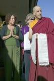Les passionnés se tiennent avec le moine bouddhiste à la cérémonie bouddhiste d'habilitation d'Amitabha, bâti de méditation dans  Photo stock