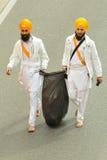 Les passionnés sikhs nettoient la route avant Baisakhi Images libres de droits