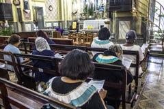 Les passionnés tiennent le vigile saint de jeudi Photos libres de droits