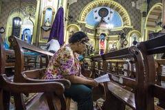 Les passionnés tiennent le vigile saint de jeudi Image libre de droits